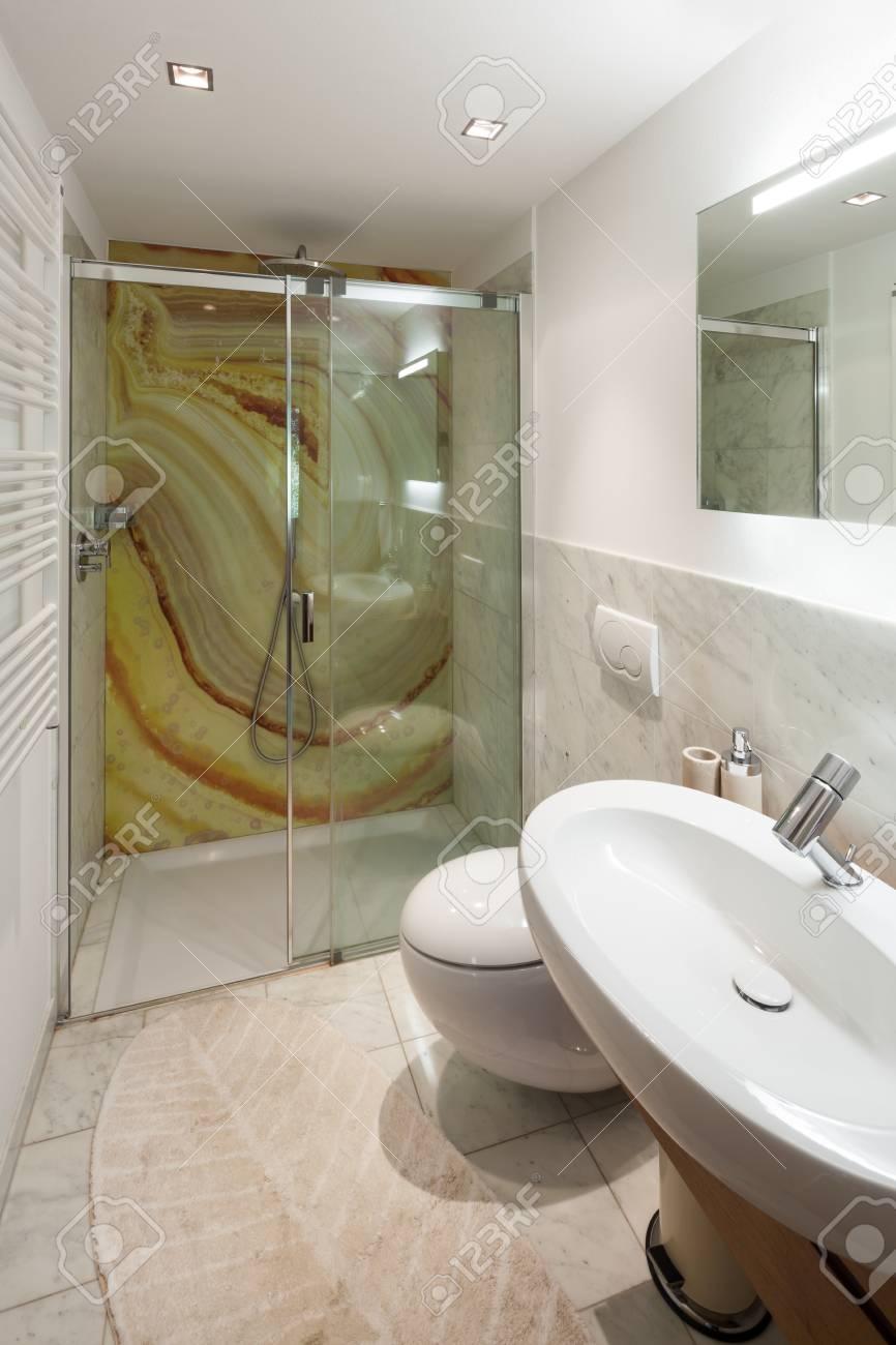 Intérieur de maison moderne, belle salle de bains, douche en marbre