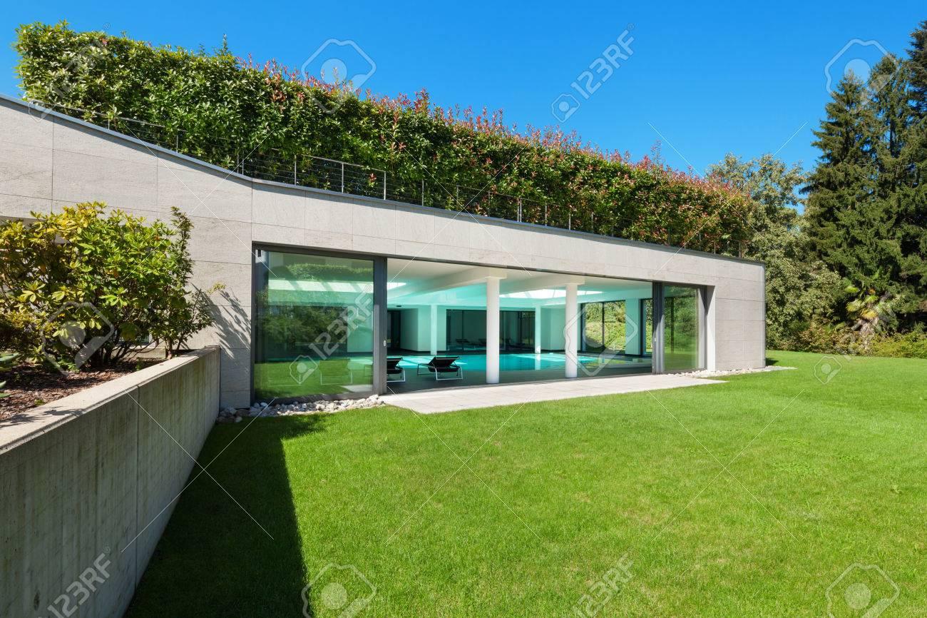 Maison Moderne, Jardin Avec Piscine Intérieure, à L\'extérieur Banque ...