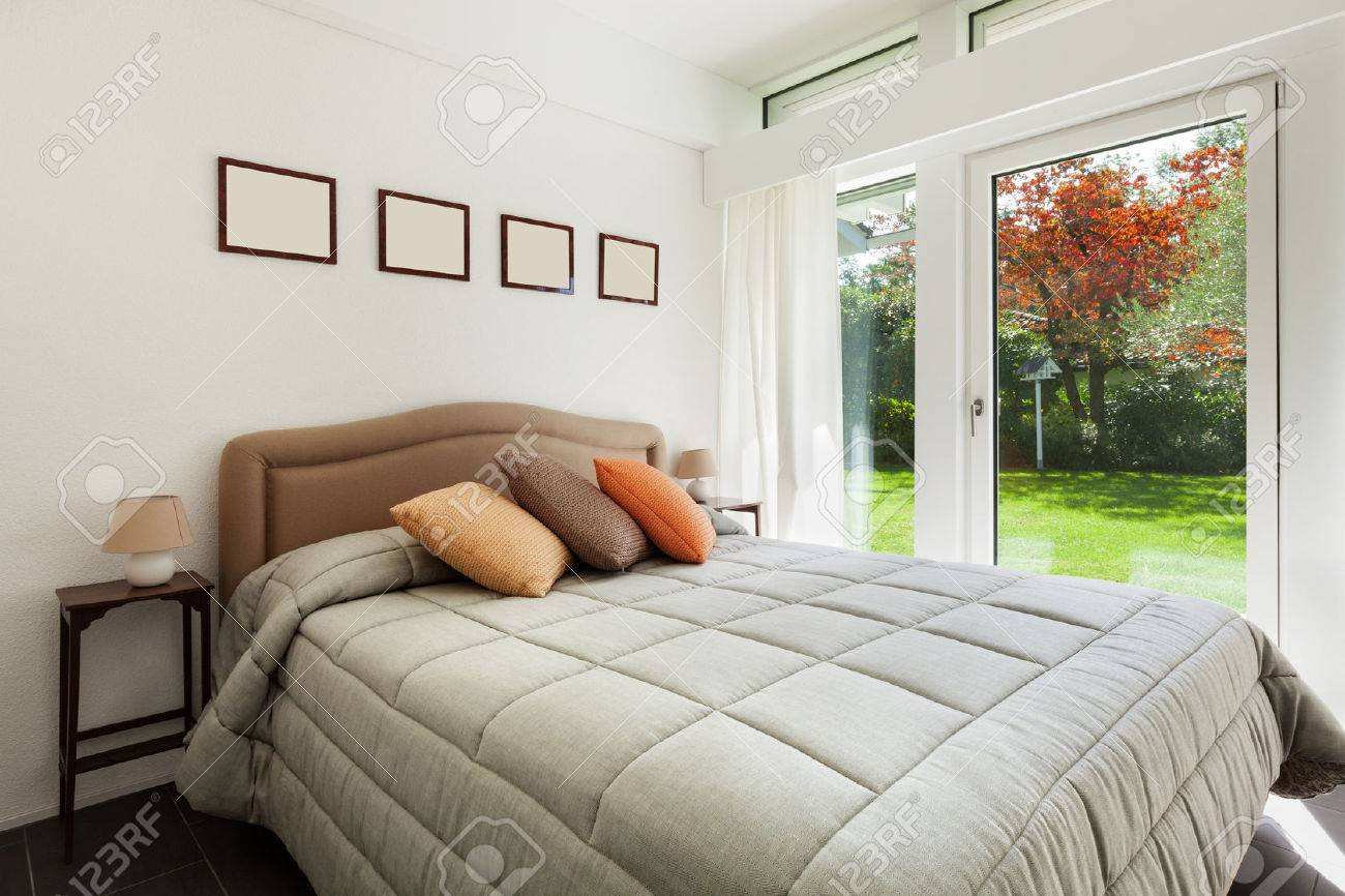 Architettura, confortevole camera da letto di una casa moderna Archivio Fotografico - 49781335