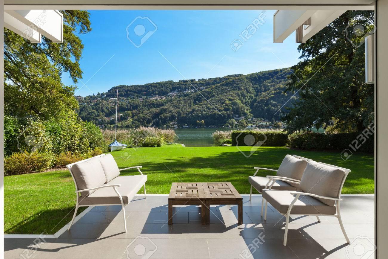 moderni fuori casa, bellissima veranda in giardino Archivio Fotografico - 49781344
