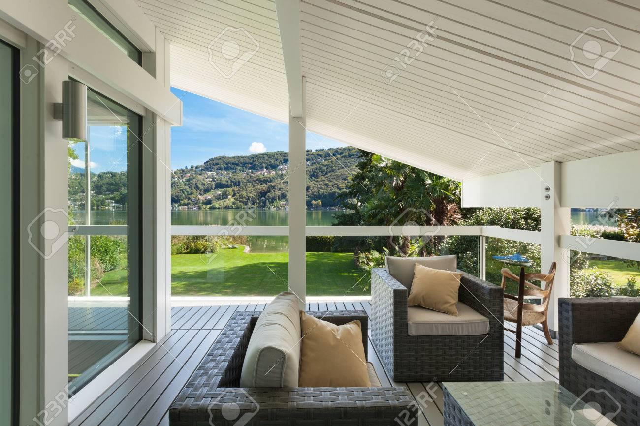 Modernes Haus, Schöne Veranda Mit Gartenmöbeln Lizenzfreie Fotos ...