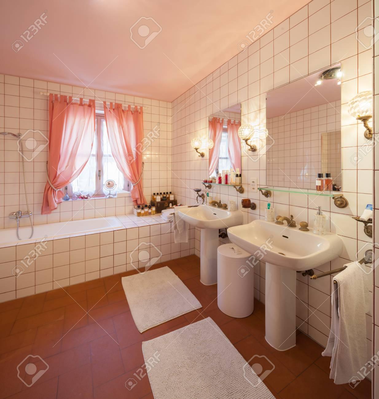Haus Innenräume Eingerichtet, Badezimmer Lizenzfreie Fotos, Bilder ...