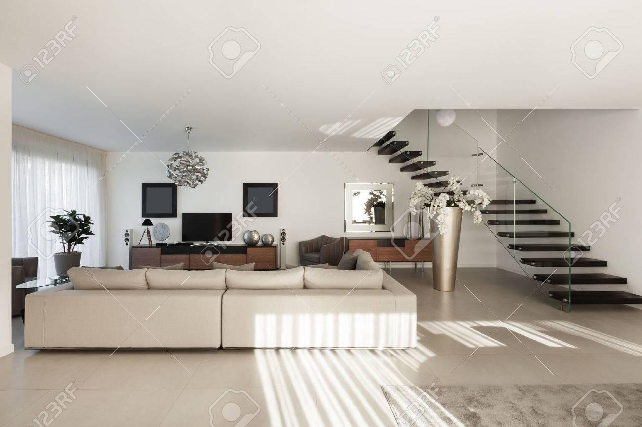 L'Inter di un appartamento moderno, confortevole soggiorno Archivio Fotografico - 50592623