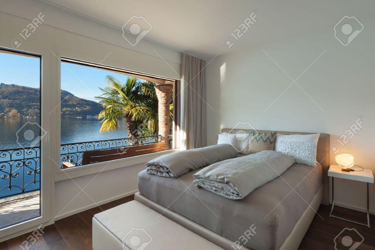 Bella camera da letto con grande finestra, vista lago Archivio Fotografico - 50592667