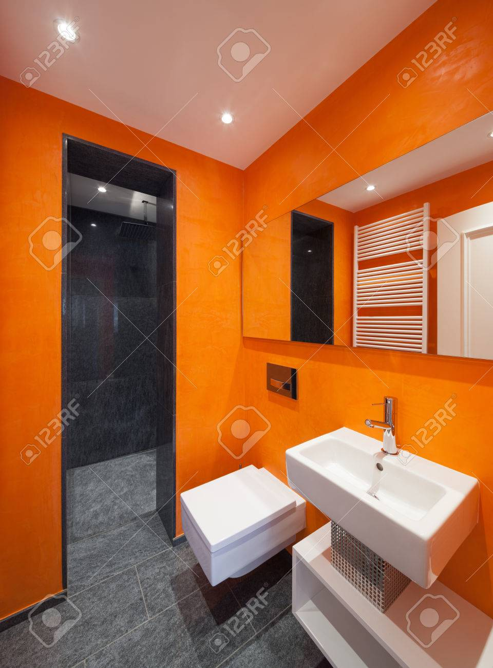 Interieur Des Hauses, Ein Modernes Bad, Orange Wände Lizenzfreie ...