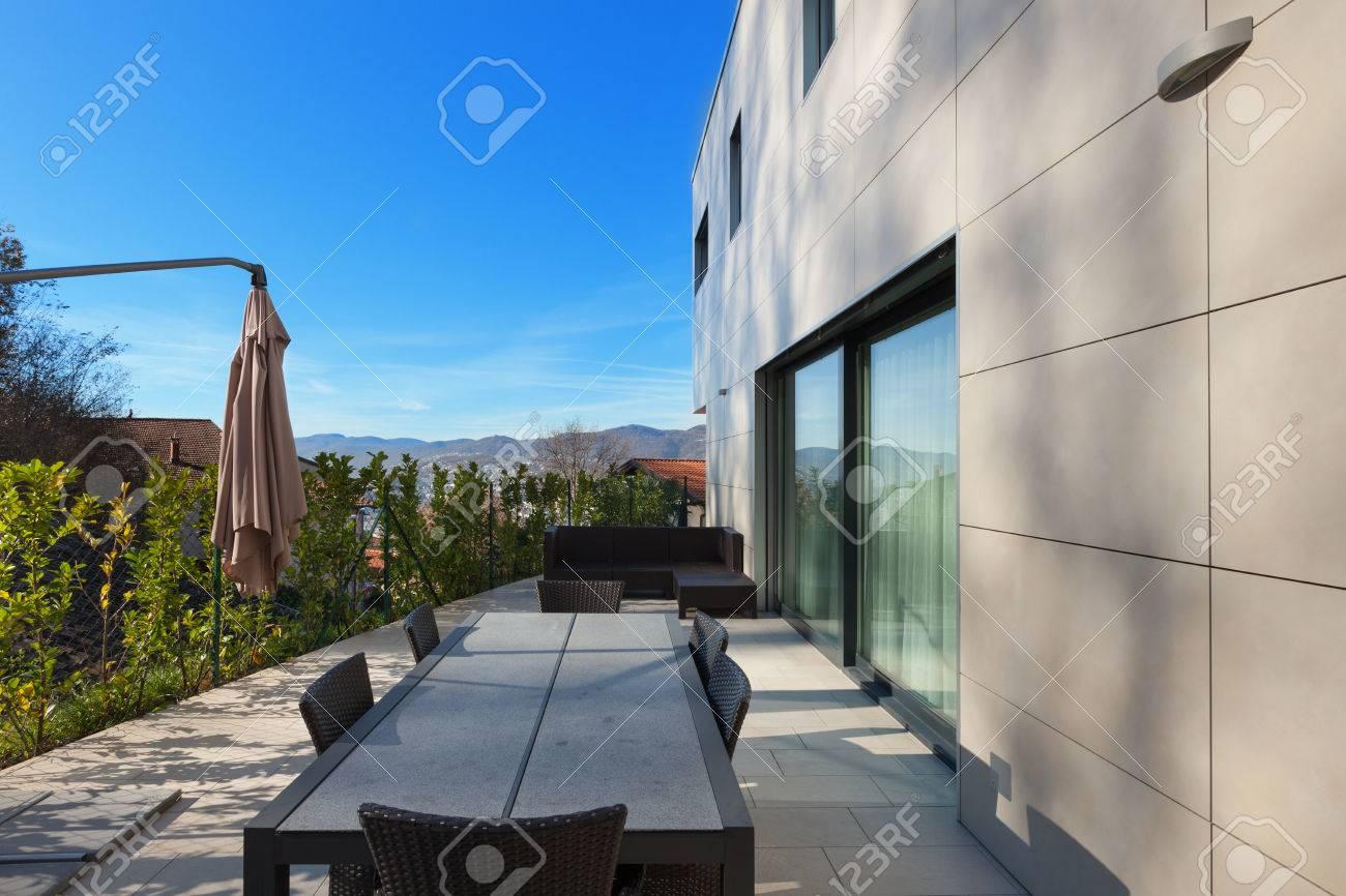 Exterieur D Une Maison Moderne Terrasse Avec Mobilier De Jardin