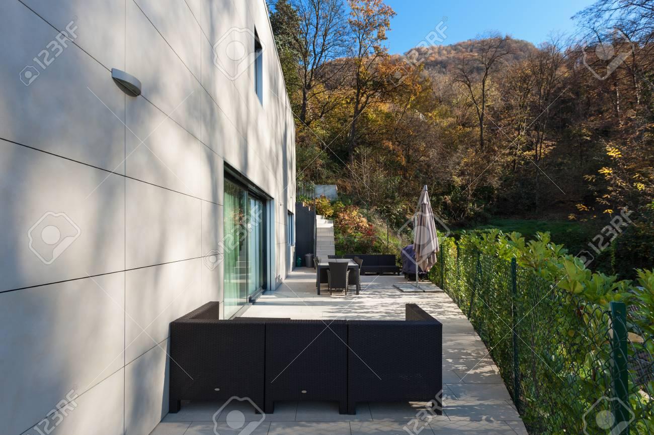 Extérieur d\'une maison moderne, terrasse avec mobilier de jardin