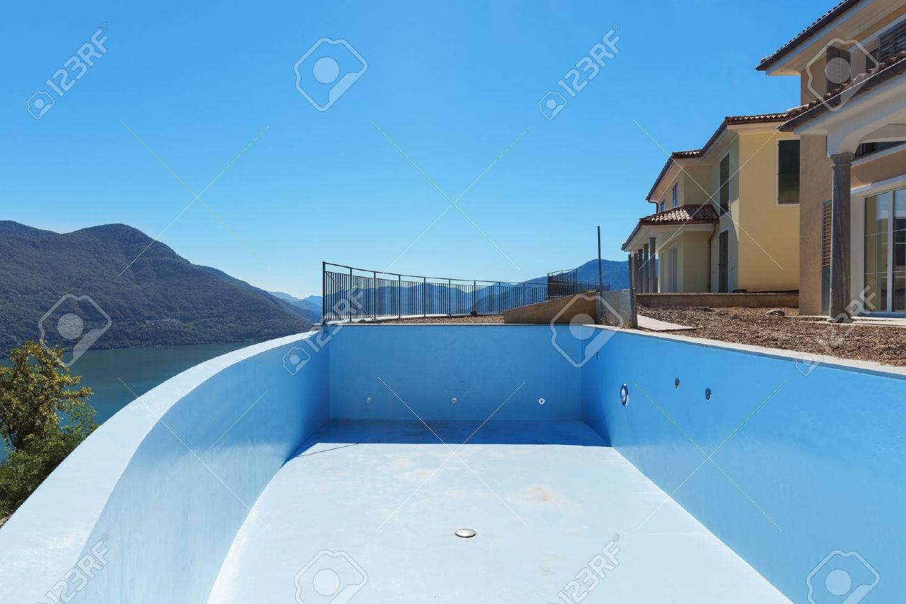 empty pool of houses under construction, exterior Standard-Bild - 51639453
