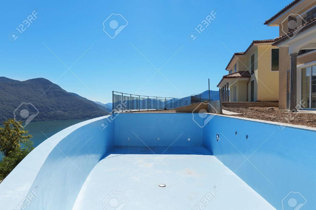 piscina vuota di case in costruzione, esterno Archivio Fotografico - 51639453