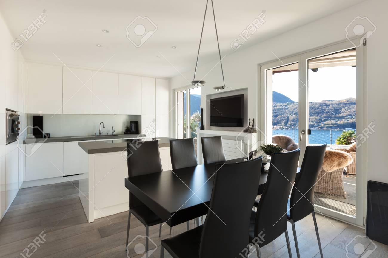 Inter Von Haus, Moderne Küche Mit Schwarzen Esstisch Lizenzfreie ...