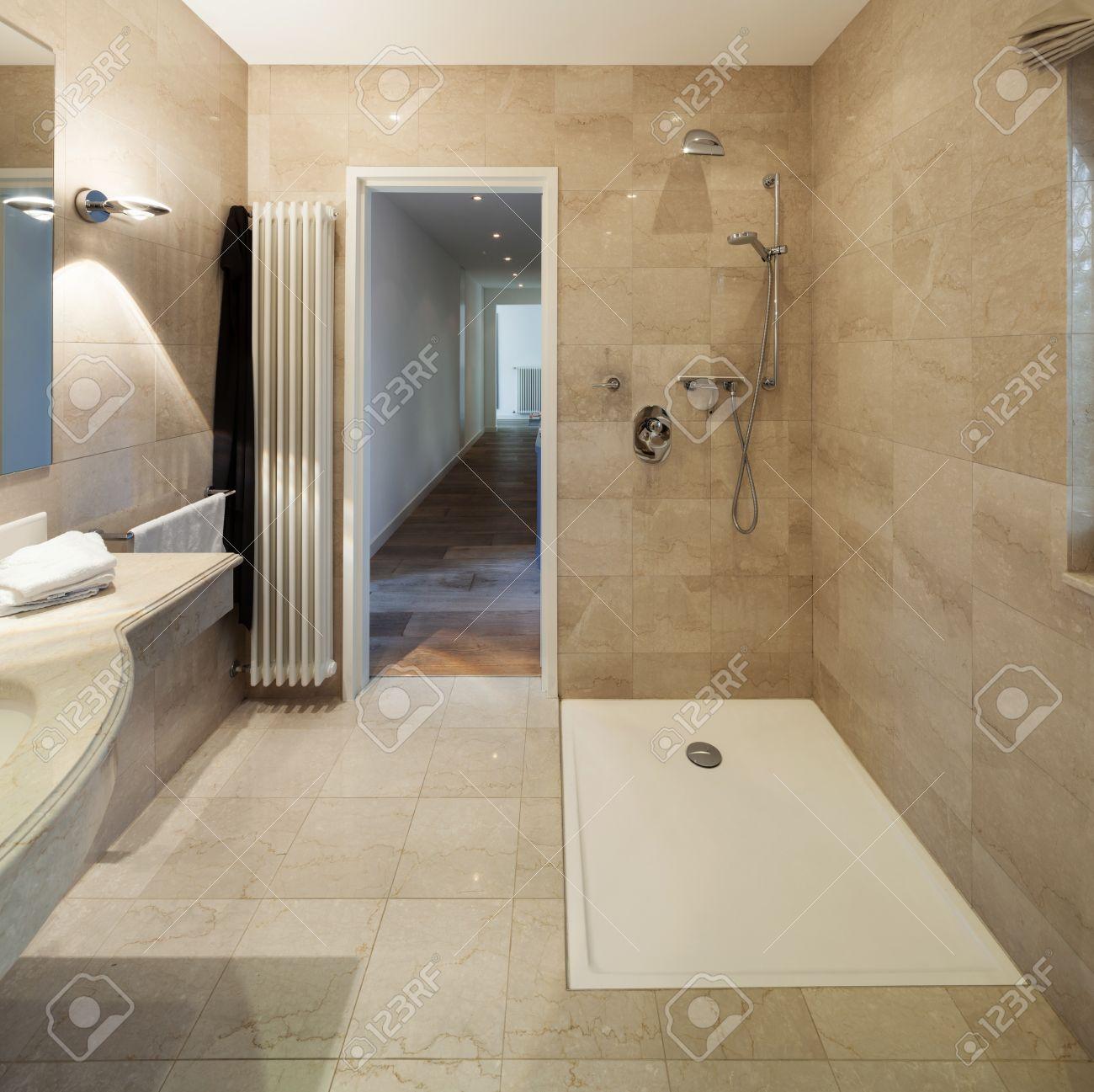 Intérieur D\'une Maison Moderne, Salle De Bains, Design Classique ...