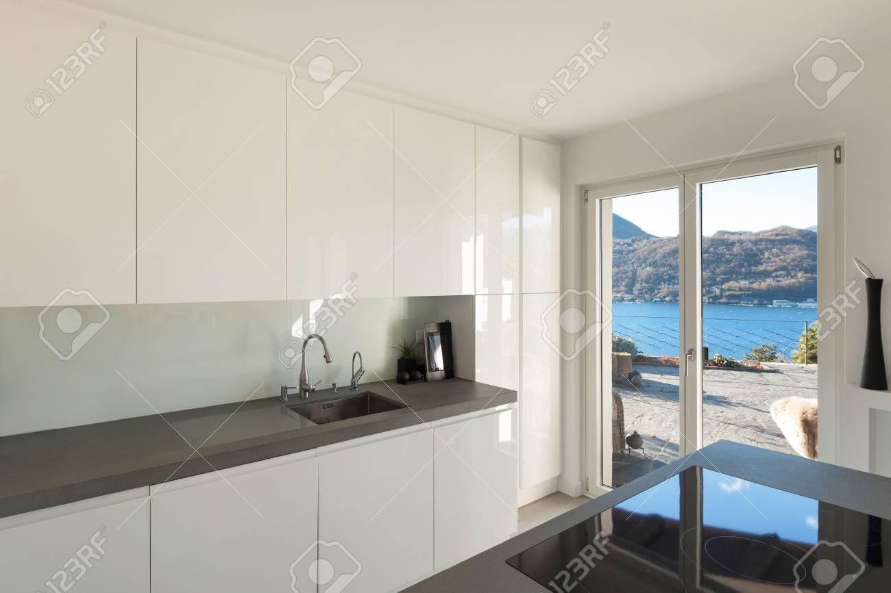 Interieur Des Hauses, Moderne Küche Mit Induktionsherd Lizenzfreie ...