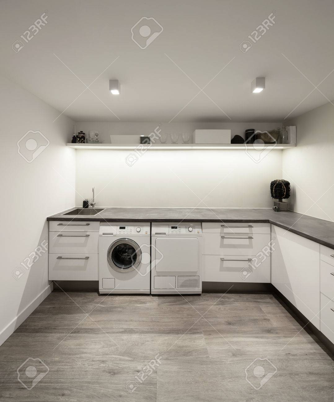 L'Inter di casa, lavanderia con pavimento in legno Archivio Fotografico - 52266996