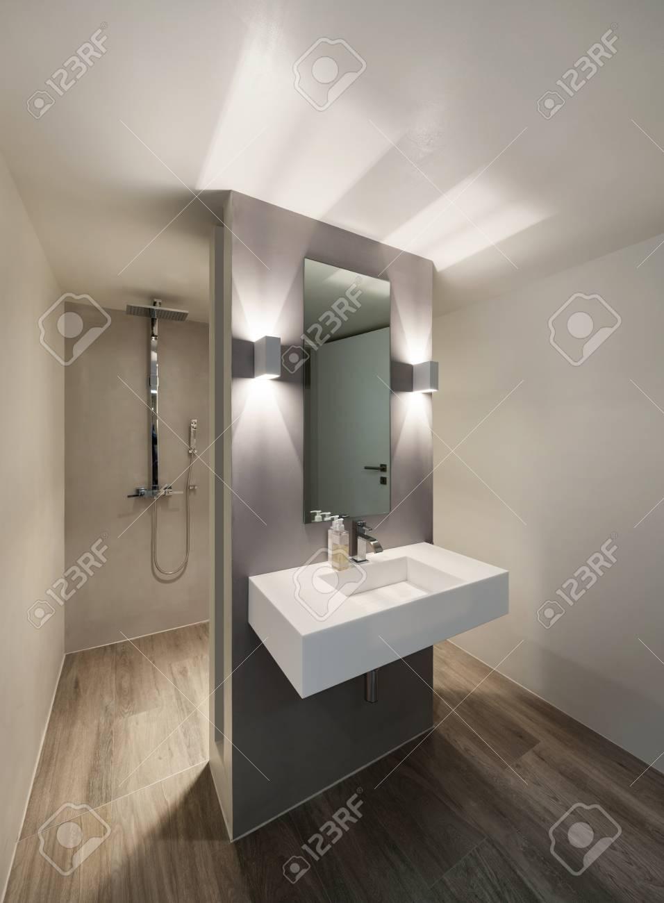 Cuarto De Baño Moderno, Nueva Tendencia De Diseño, Lavabo Con Espejo ...