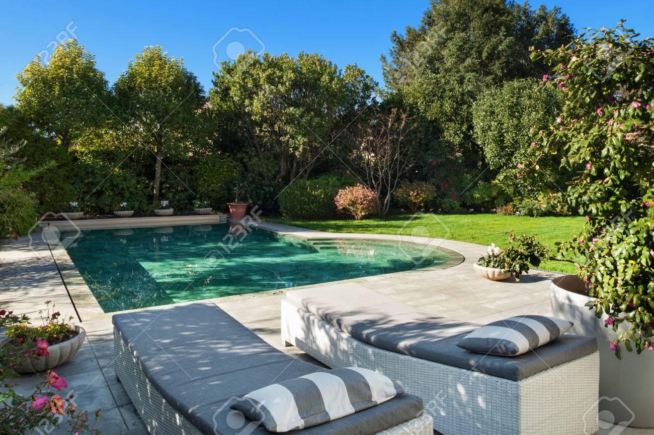 Schoner Garten Mit Pool Zwei Sonnenliegen Blick Lizenzfreie Fotos