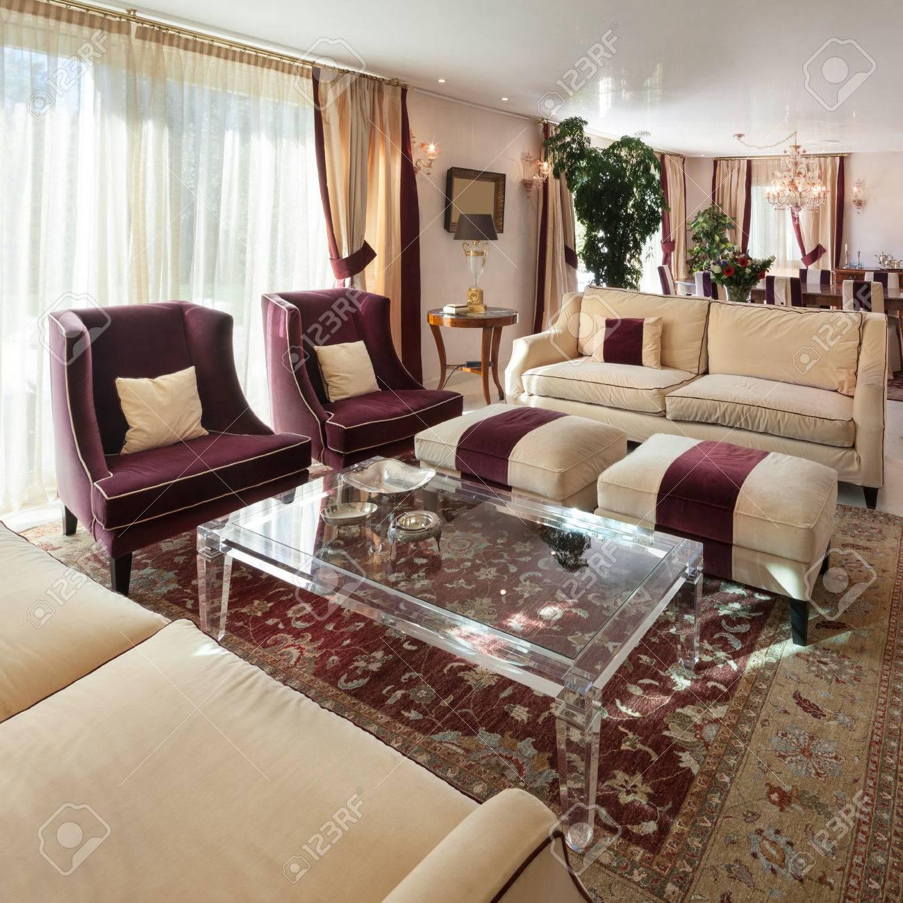 Komfortables Wohnzimmer Eines Hauses, Klassisches Design Möbel ...