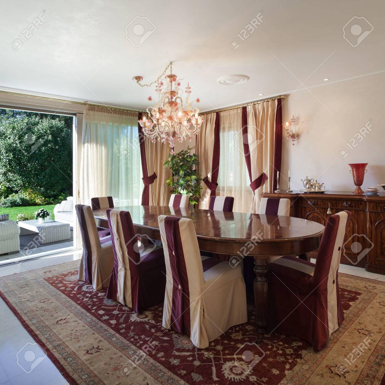 Confortable Comedor De Una Casa, Muebles De Diseño Clásico Fotos ...