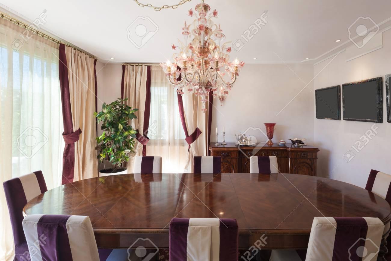 Confortable comedor de una casa, muebles de diseño clásico