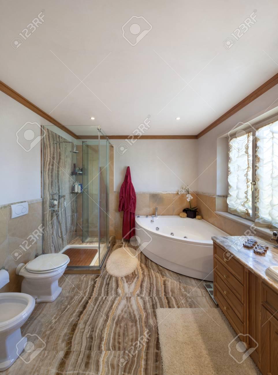 Interior de una casa moderna, cuarto de baño, diseño clásico