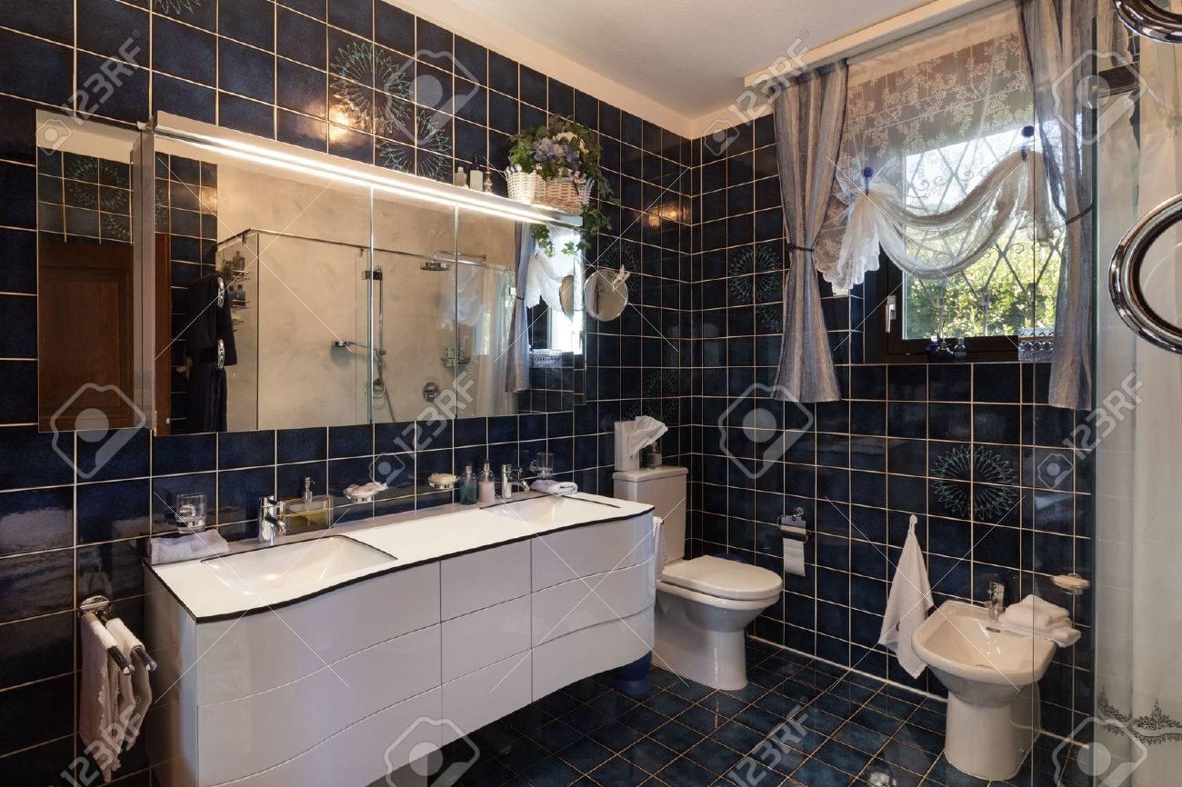 interior of modern bathroom in luxury house Standard-Bild - 53297532