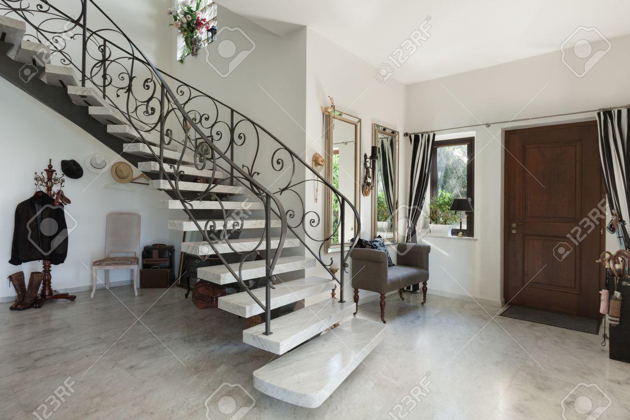 Hus interiör med trappa i stora salen med marmorgolv royalty fria ...