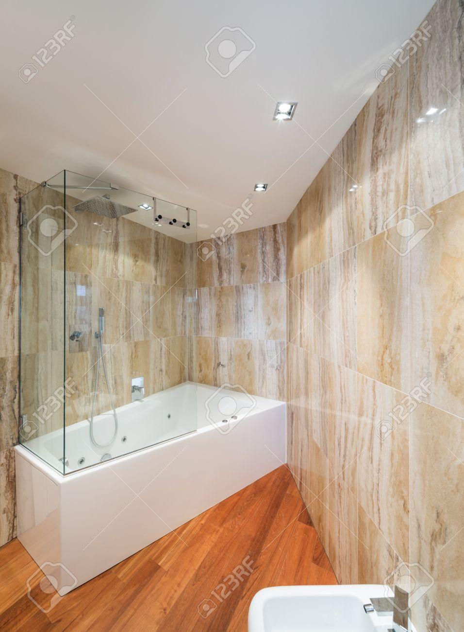 intérieur de salle de bains en marbre avec baignoire design moderne