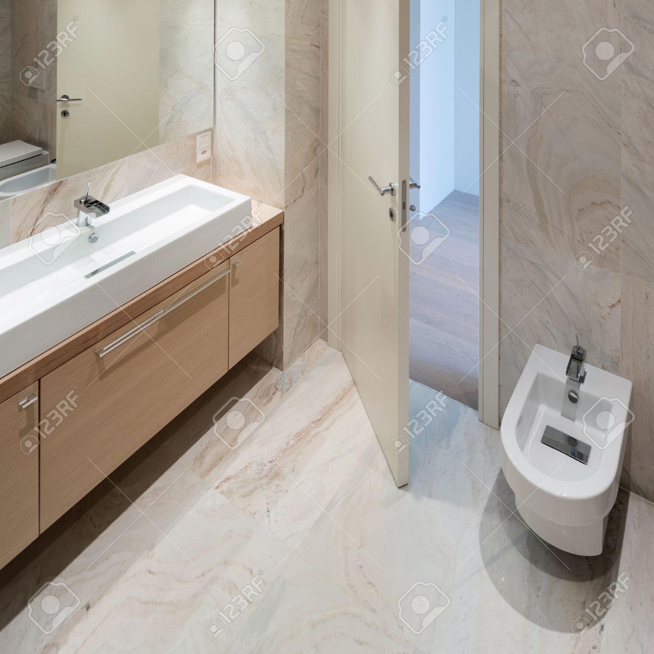 Waschbecken modernes design  Die Marmor-Badezimmer Mit Waschbecken Modernes Design Lizenzfreie ...