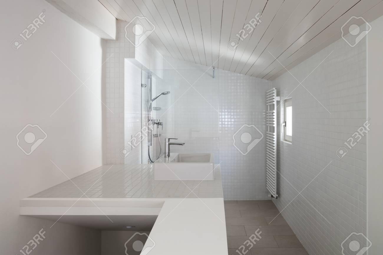 Architektur, Badezimmer Des Alten Dachbodens, Mit Ziegeln Gedeckte ...
