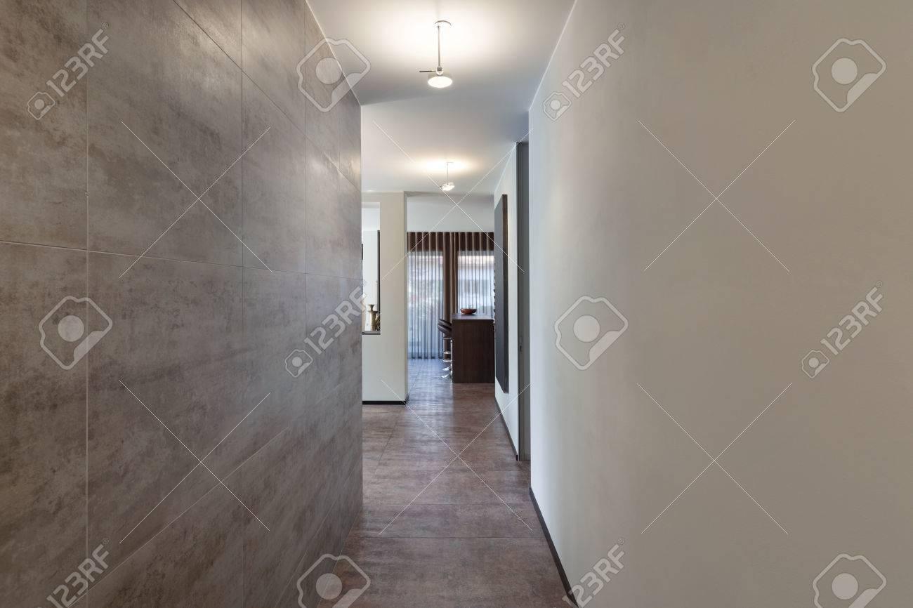 Inters De Nouvel Appartement, Long Couloir Avec Mur De Marbre ...