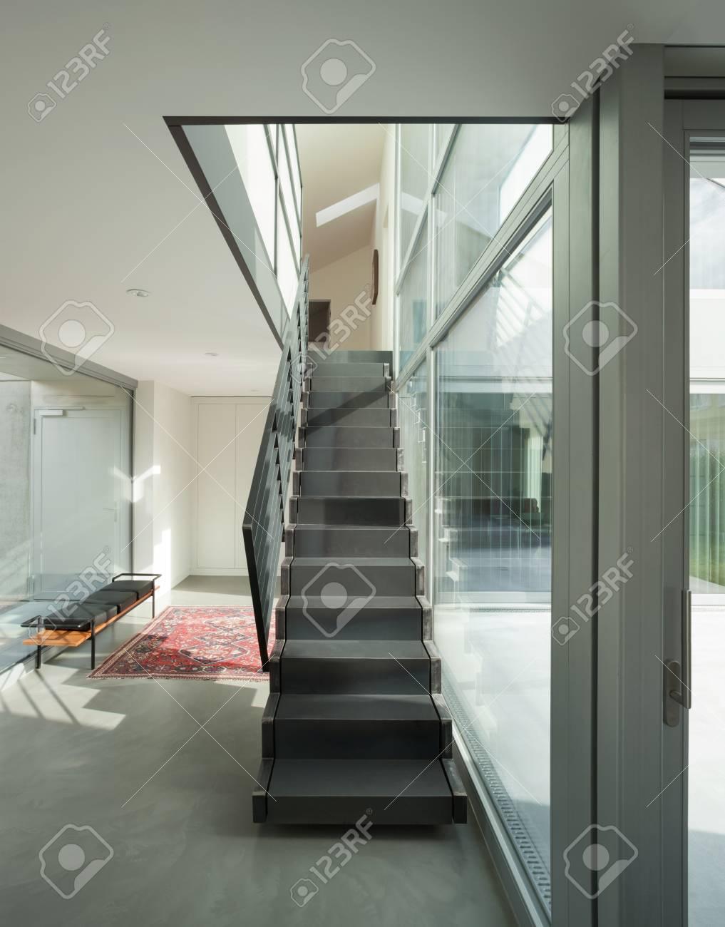 Inter D\'une Maison Moderne, Hall D\'entrée Avec Escalier En Fer ...