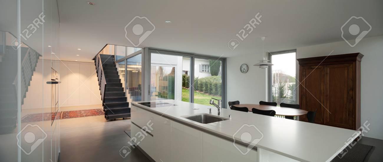 Intérieur d\'une maison moderne, grand espace ouvert avec cuisine