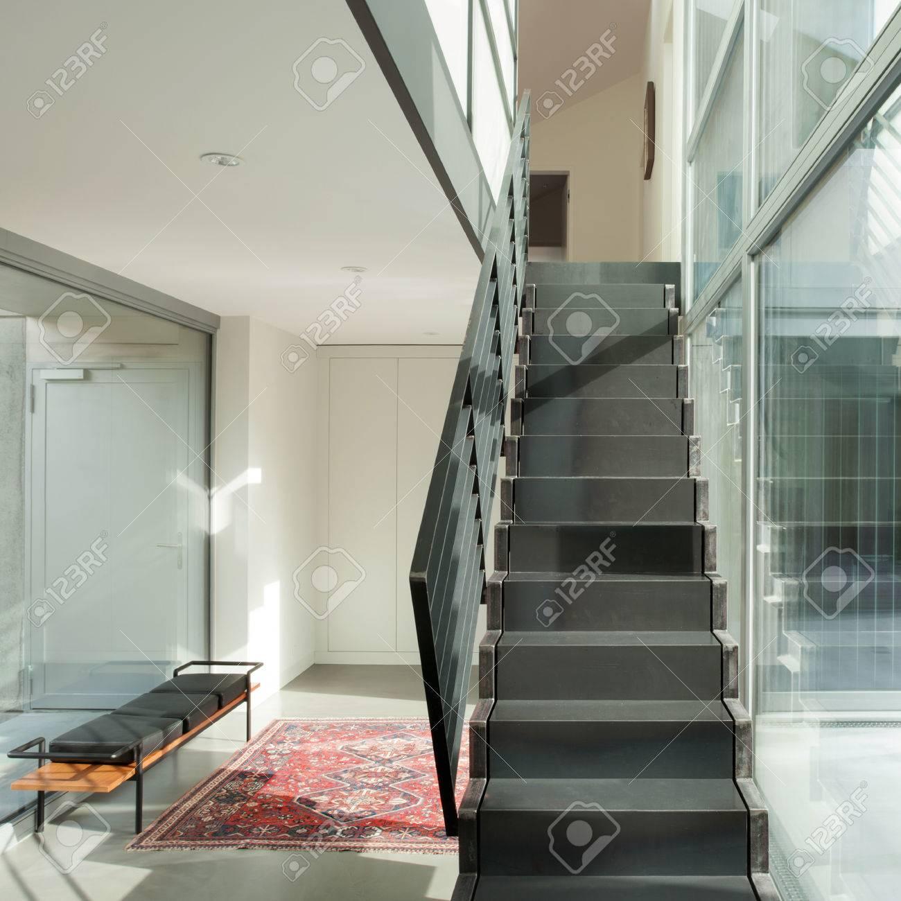Intérieur D\'une Maison Moderne, Hall D\'entrée Avec Escalier En Fer ...