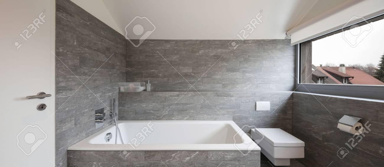 Inter de una casa, cuarto de baño diseño moderno