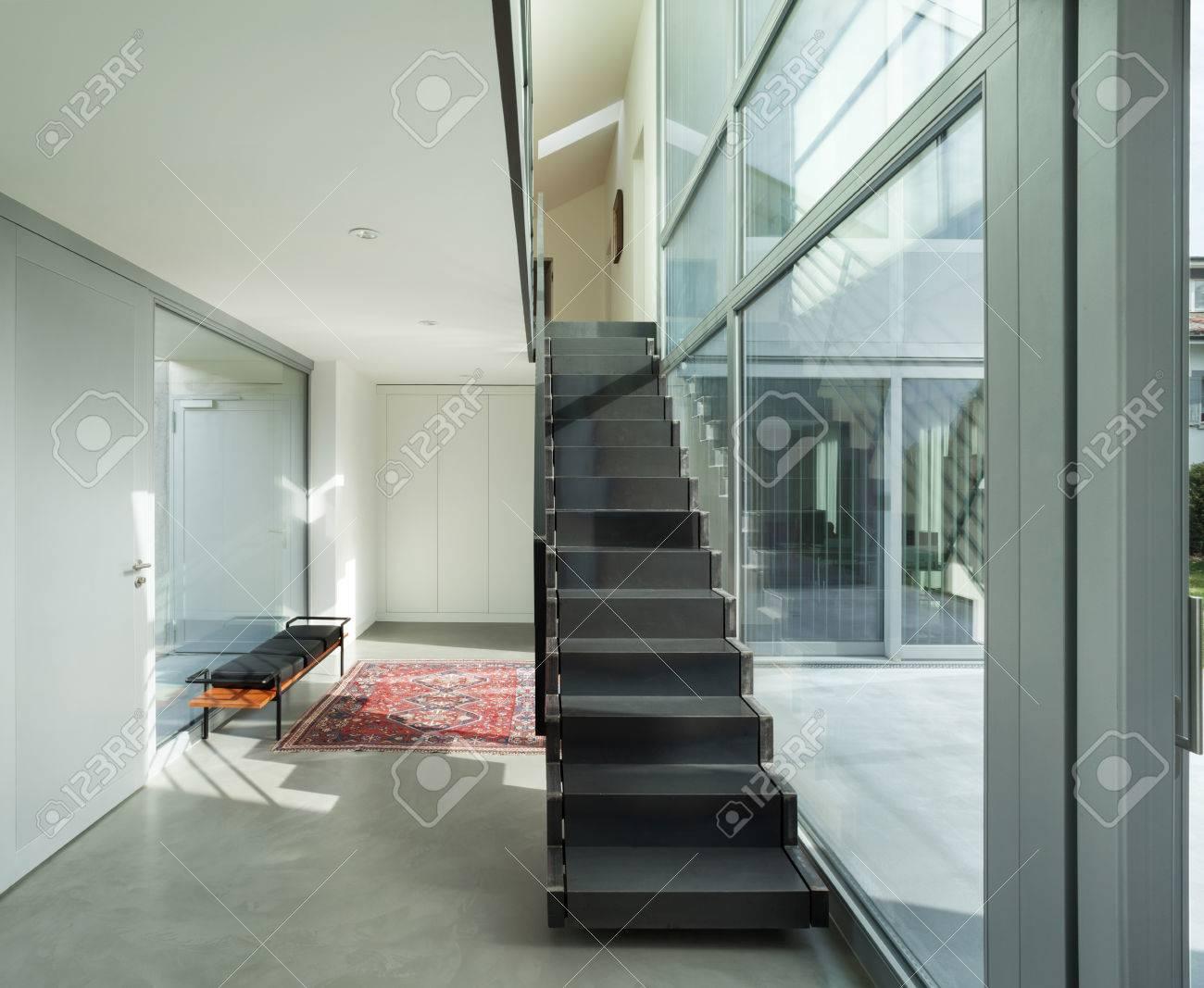 Hall D Entrée Moderne intérieur d'une maison moderne, hall d'entrée avec escalier en fer