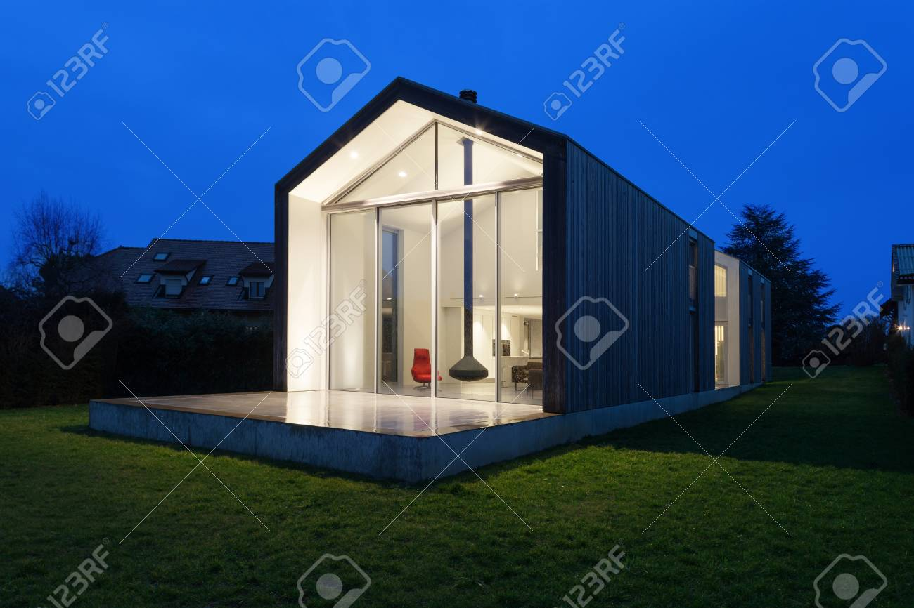 Esterno Di Una Casa : L esterno di una casa moderna scena notturna foto royalty free