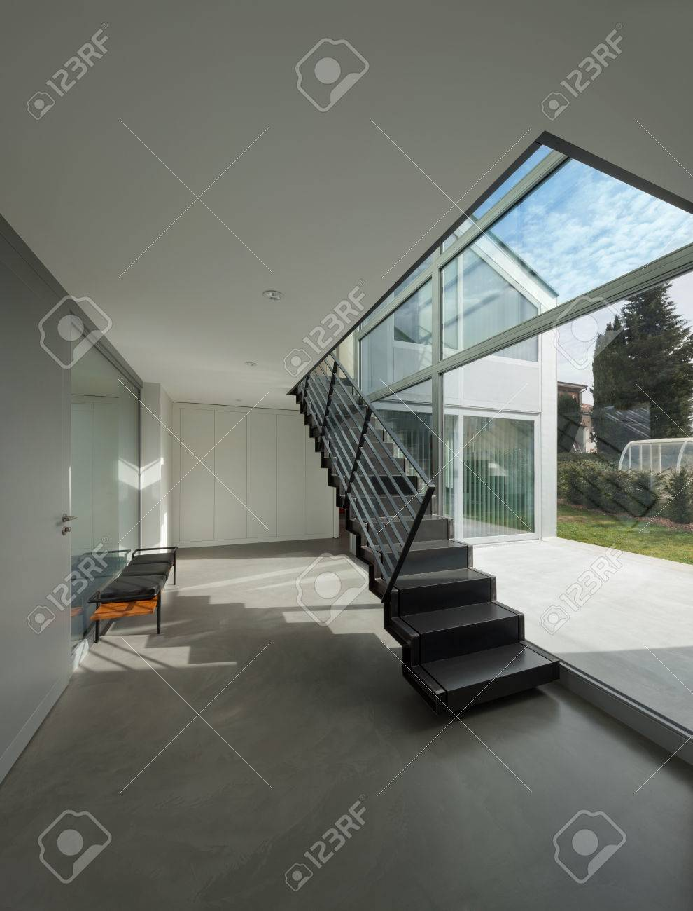 Intérieur, escalier en fer d\'une maison moderne