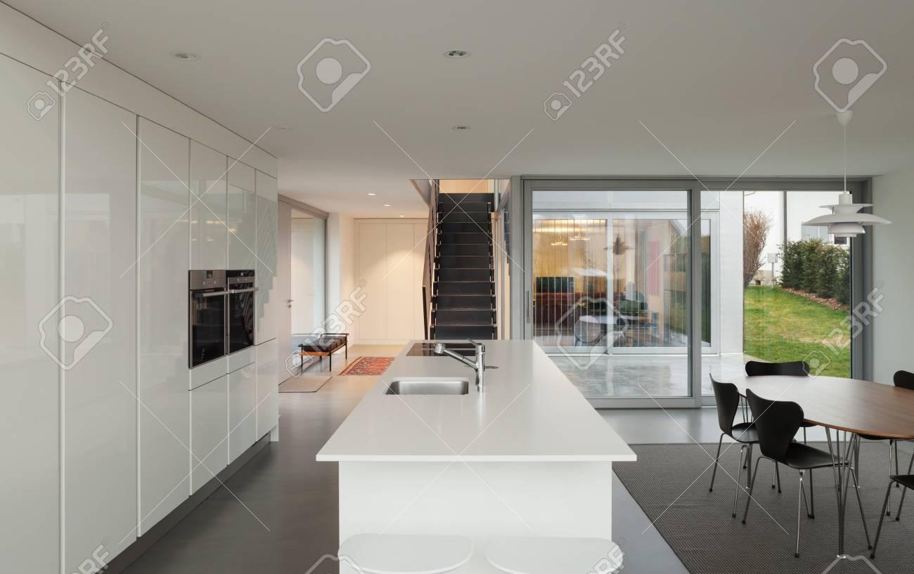 Beaux intérieurs d\'une maison moderne, cuisine blanche