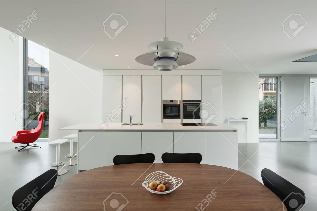 Intérieur d\'une belle maison moderne, grande cuisine domestique