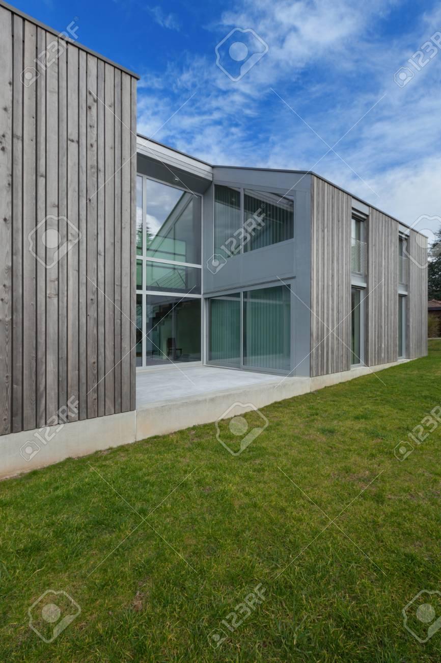 Banque Du0027images   Extérieur Du0027une Maison Moderne En Béton Et Bois, Pelouse