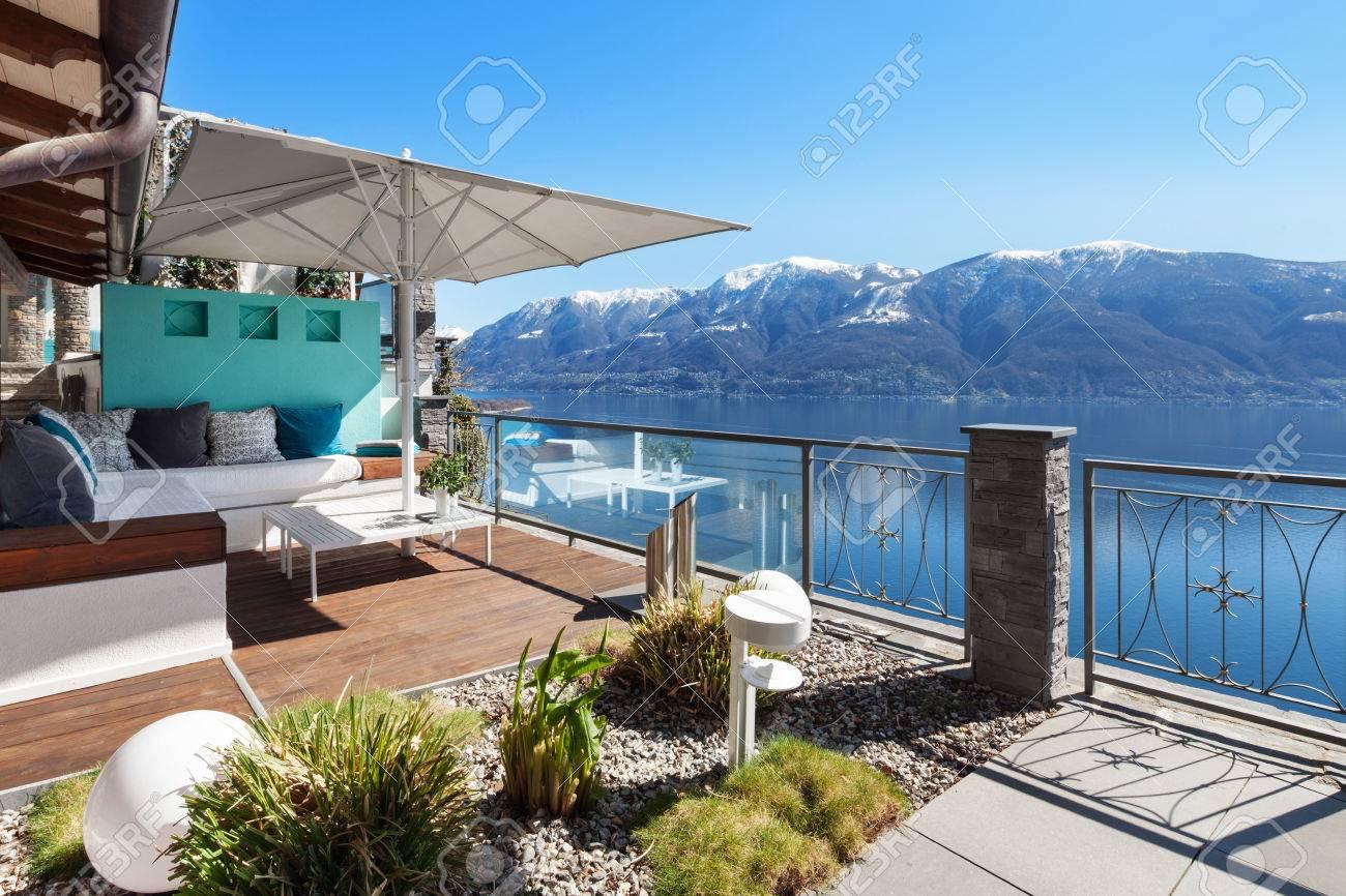 Salón De La Terraza Con Vista Al Lago En Una Casa De Lujo