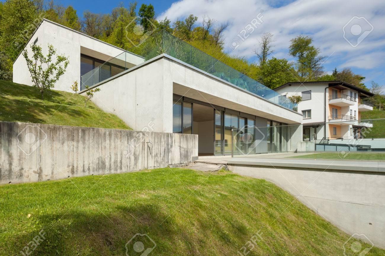 extérieur d'une architecture moderne, maison en béton avec pelouse