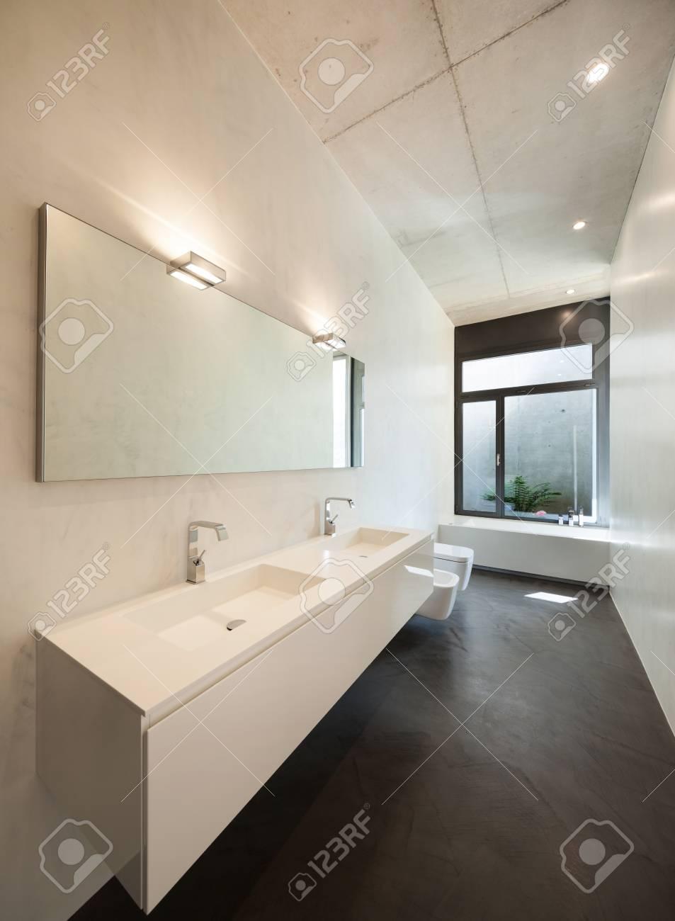 Intérieur De L\'appartement, Salle De Bain Moderne Avec Fenêtre ...