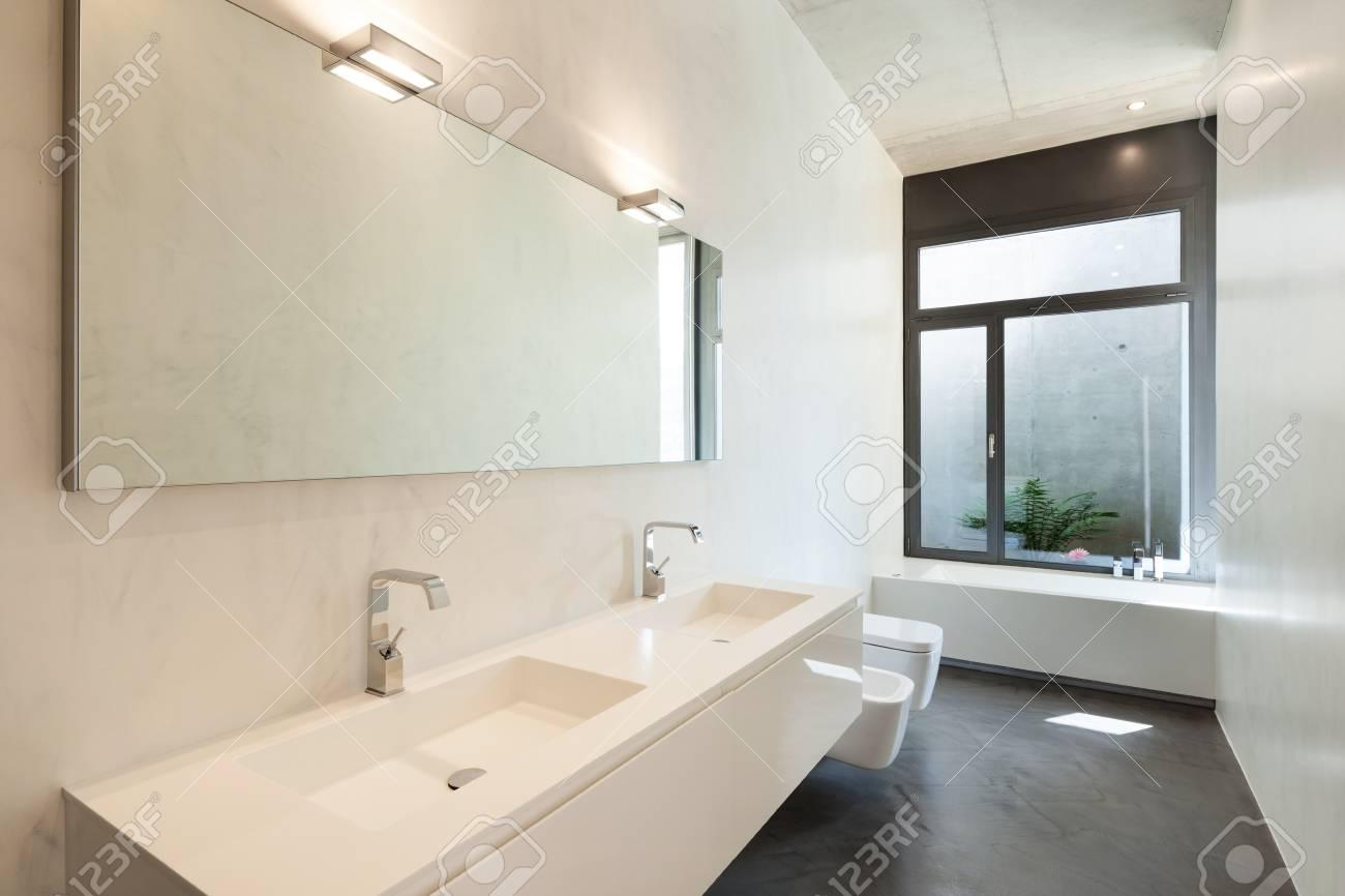 Intérieur de l\'appartement, salle de bain moderne avec fenêtre