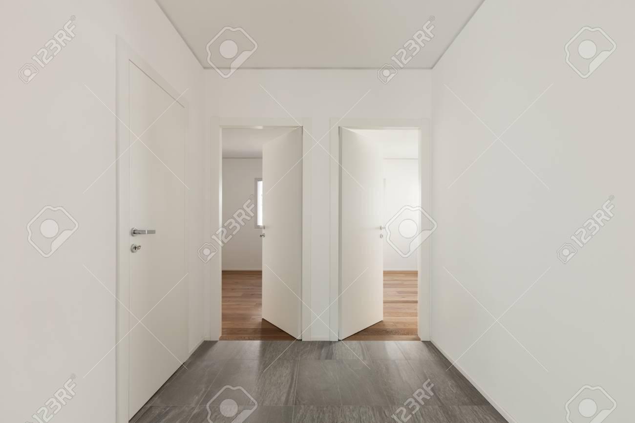 Intérieur D\'un Appartement Vide, Couloir Avec Trois Portes Banque D ...