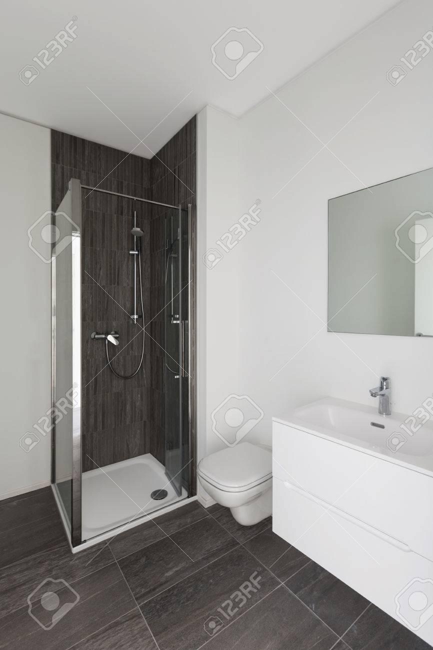 Modernes Bad Neuer Wohnung, Weiße Wände Und Grauen Fliesen Standard Bild    58336901