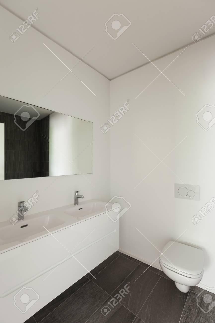 Intérieur De L\'appartement Neuf, Salle De Bain Moderne Et Blanche ...