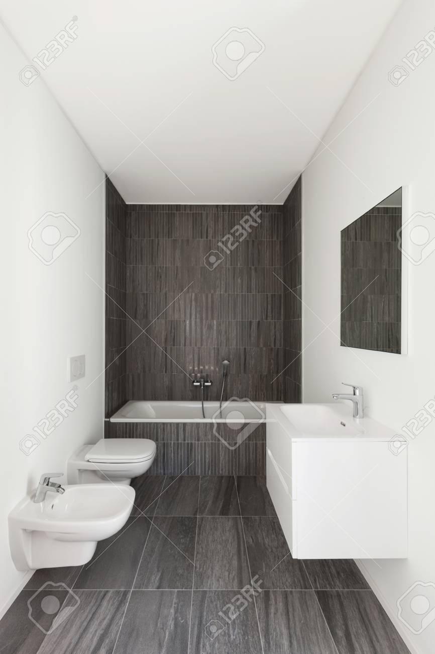 Modernes Bad Neuer Wohnung, Weiße Wände Und Grauen Fliesen Standard Bild    58337024