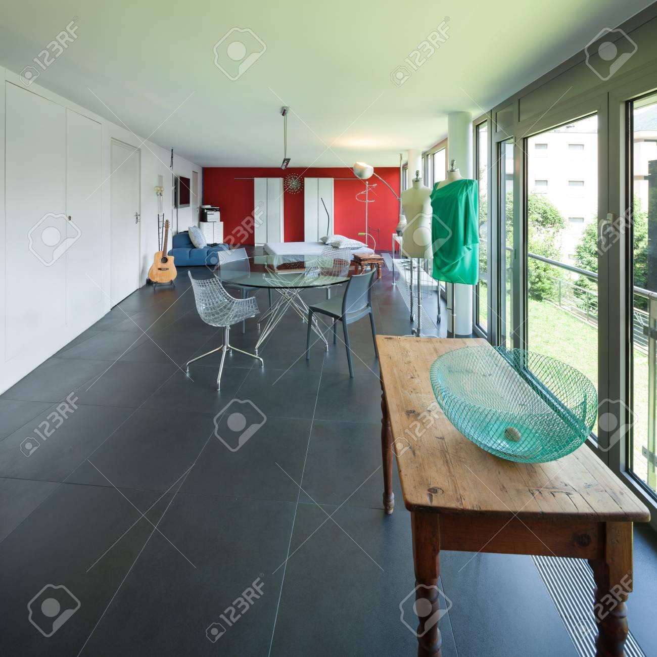 ワンルーム マンションガラス テーブルとベッドのある広い部屋の