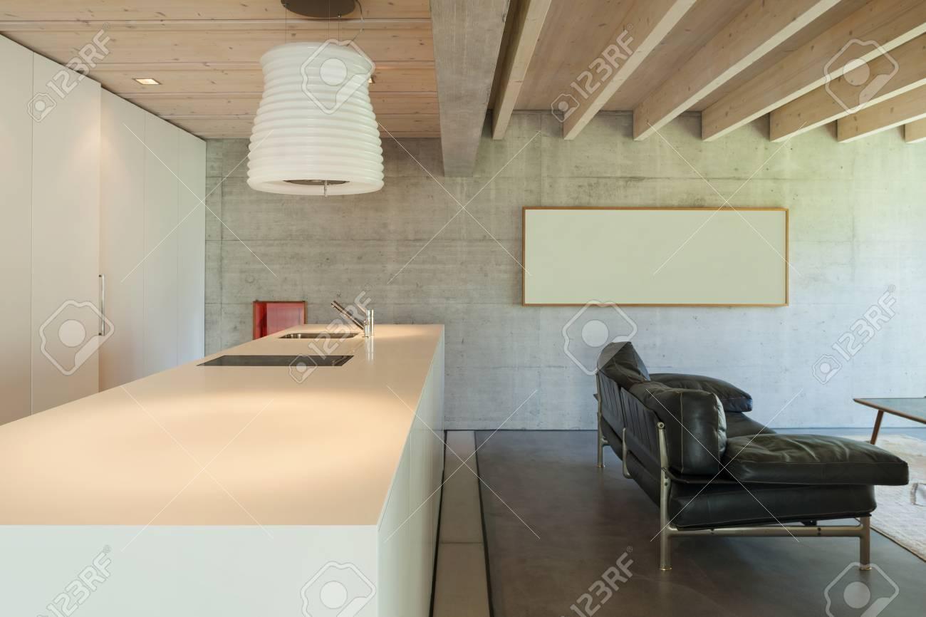 Innenraum Eines Modernen Chalets In Zement, Arbeitsplatte Der Küche ...