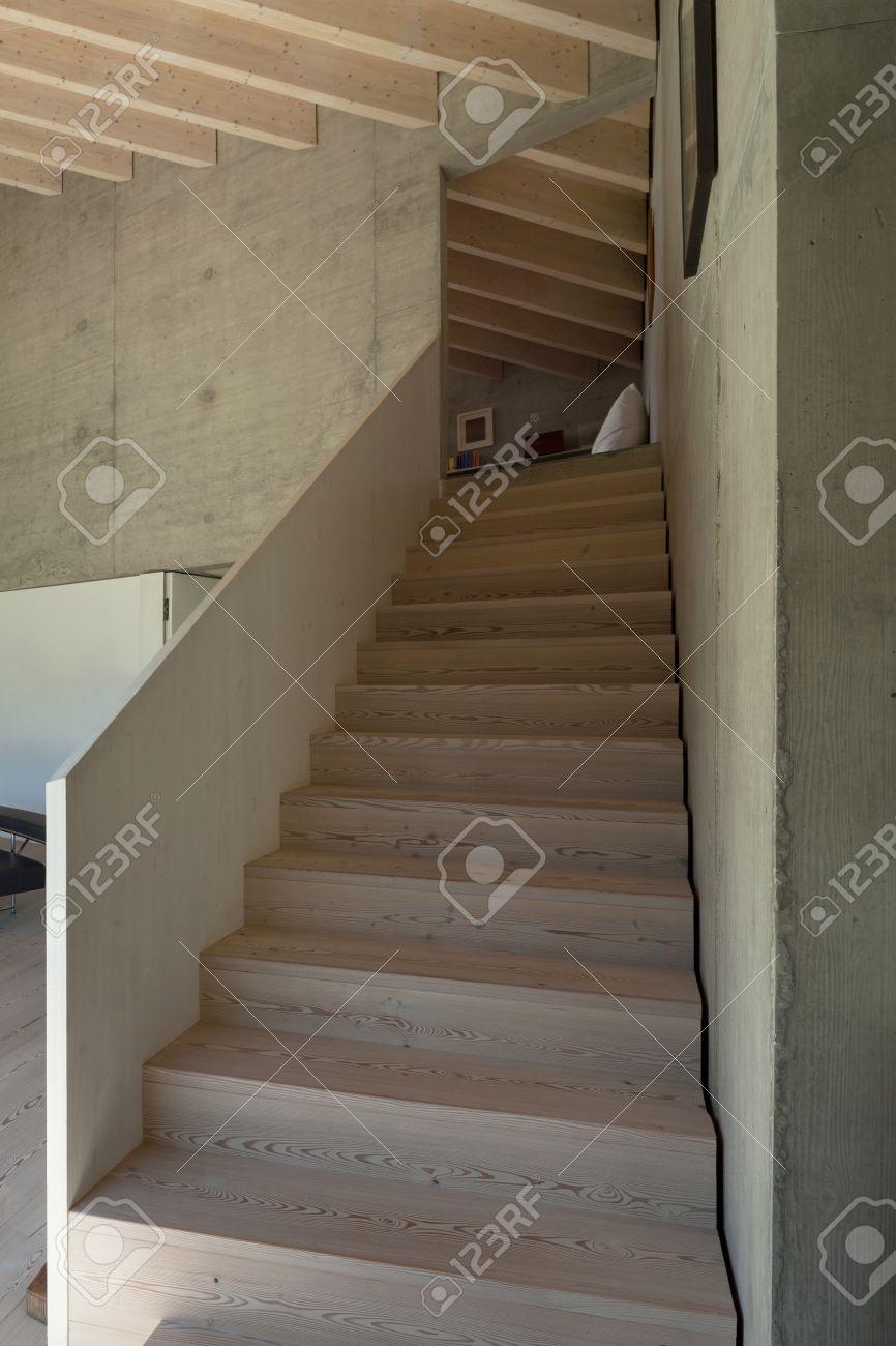 interior de un chalet moderno en el cemento escalera de madera foto de archivo